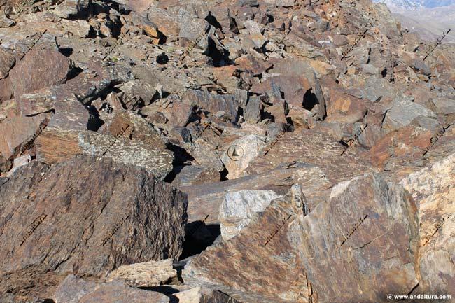 Vereda entre grandes rocas en los Tajos de la Virgen