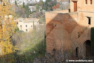 Casas nazaríes y torre, al fondo el Palacio de los Cordovas