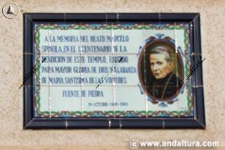 Placa a Marcelo Spinola en la fachada de la Iglesia de las Virtudes de Fuente de Piedra