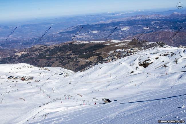 Vista del Panderón del Veleta con las Áreas del Veleta y Borreguiles por encima de la Urbanización de Pradollano, al fondo la ciudad de Granada y su Vega