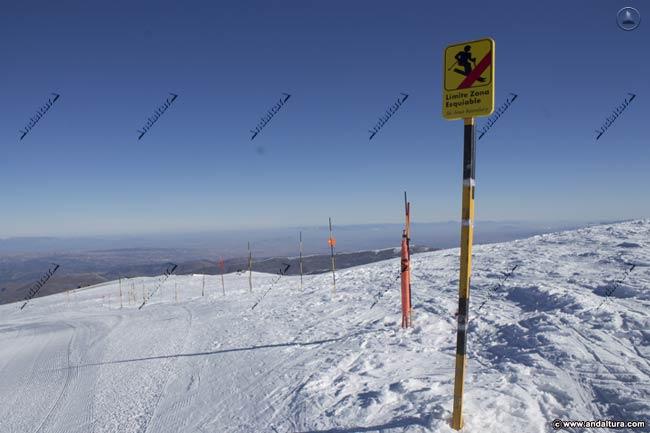 Cartel y señales del límite del Área Esquiable de la Estación de Sierra Nevada