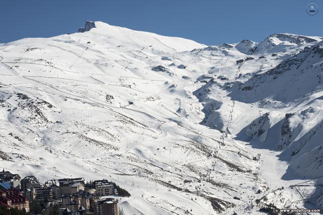 Vista del Valle de Monachil y de las principales pistas y remontes de la Estación de Esquí Sierra Nevada