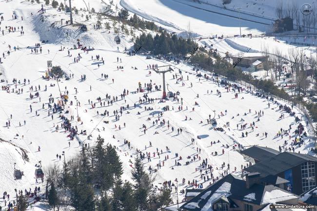 Visitantes de la Urbanización de Esquí día antes de abrir las pistas y la temporada de la Estación
