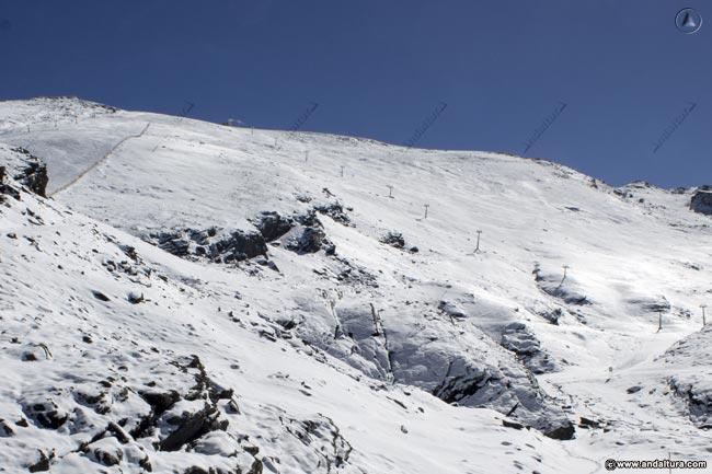 Panderón del Veleta y postes del Telesilla Laguna, al fondo