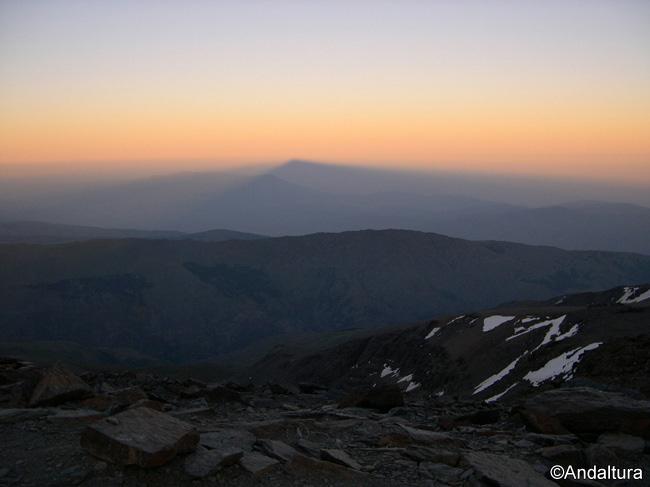 Atardeciendo en el Mulhacén, proyección de su sombra sobre La Alpujarra