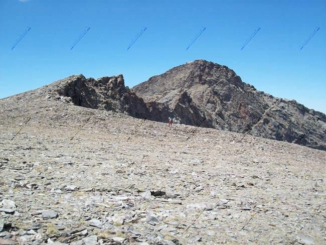 Loma final del Cerro de los Machos, con el Veleta al fondo