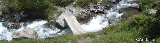 Puente para pasar de Cueva Secreta a la Majada del Palo, sobre el río Valdeinfiernos
