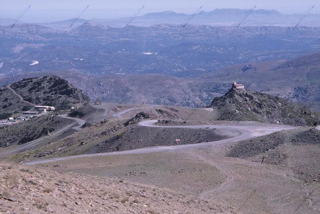 Hoya de la Mora, con el Monumento a la Virgen de las Nieves, el Observatorio del Mojón del Trigo y la zona alta de los Peñones de San Francisco