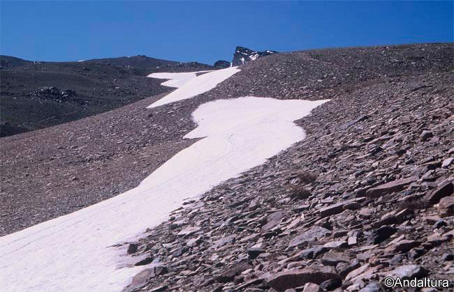 Nevero en Cauchiles, al fondo la cumbre del Veleta
