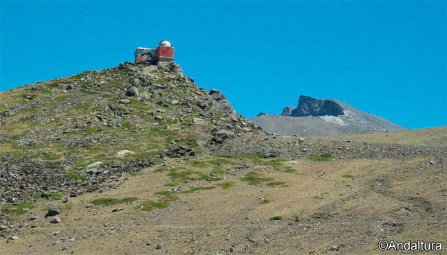 Antiguo Observatorio en el Mojón del Trigo, al fondo el Veleta