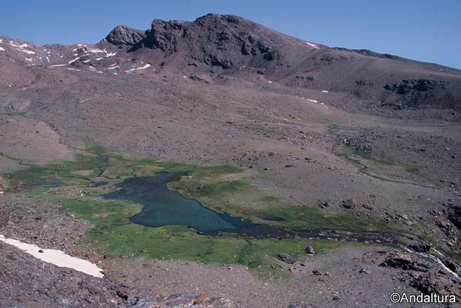 Cañada de Siete Lagunas, con Laguna Hondera, el Puntal de la Cornisa, Tajos Colorados y el Peñón del Globo