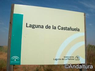 Cartel de la Laguna de la Castañuela, fuera de los límites de máxima protección de la Reserva Natural