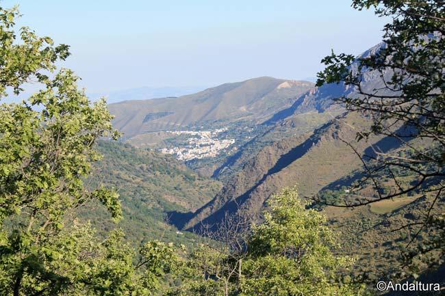 Güéjar Sierra desde la Loma de las Rascas, hacia las ruinas del Cortijo del Hoyo