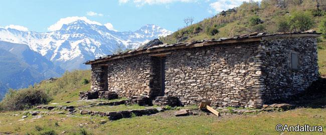Cortijo y refugio de Cabañas Viejas, con la Alcazaba al fondo