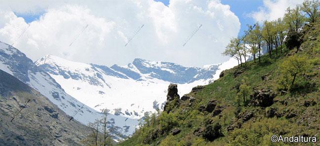 Corral del Veleta, flanqueado por el Cerro de los Machos y la pared norte del Veleta