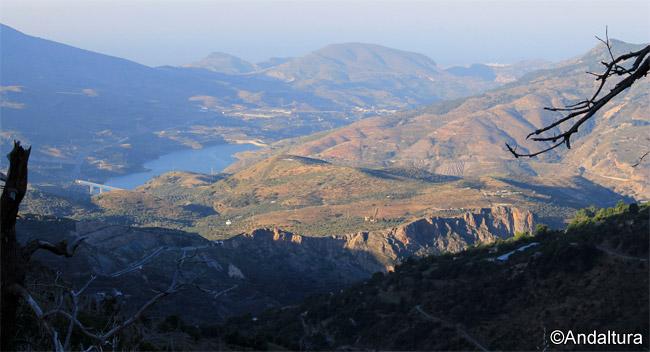 Vistas del Embalse de Rules, del Mar Mediterráneo y de la localidad de Salobreña