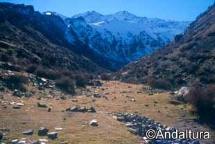 Majada del Palo, al fondo las cresta de los tres miles centrales de Sierra Nevada