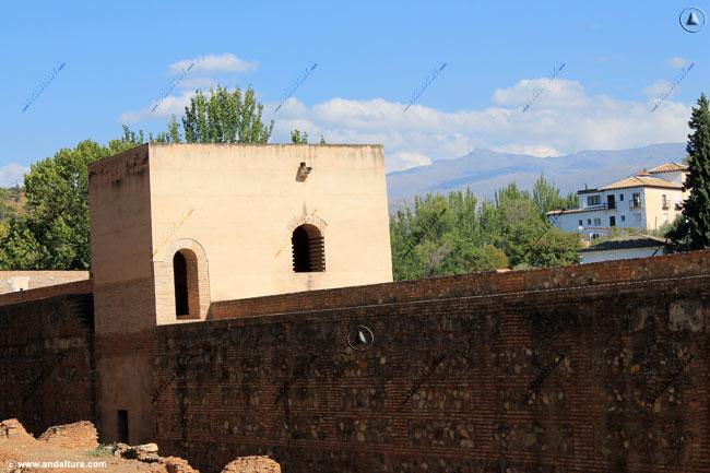 Torre Baltasar de la Cruz y al fondo el Veleta en Sierra Nevada