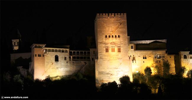 Torre de Comares y Peinador de la Reina nocturno