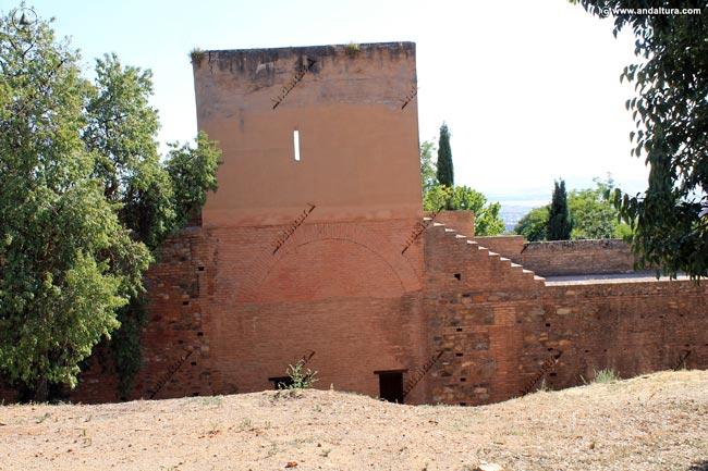 Torre de la Bruja desde el Paseo de los Cipreses, en la Medina
