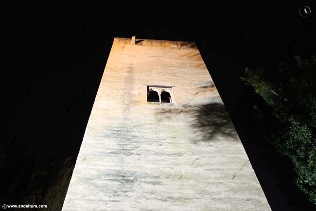 Torre de la Cautiva desde la Cuesta de los Chinos nocturno