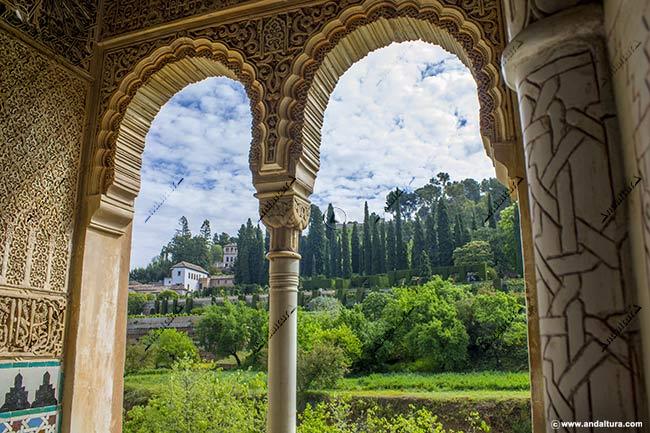 Pabellón Sur del Palacio del Generalife y al fondo el Mirador Romántico desde el interior de la Torre de la Cautiva