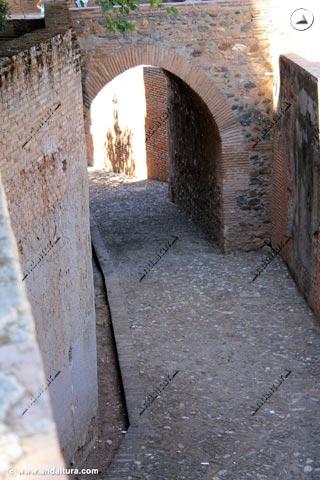 Calle del Foso en su paso por la Torre de la Cautiva