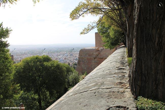 Torre de la Pólvora desde el Jardín del Adarve