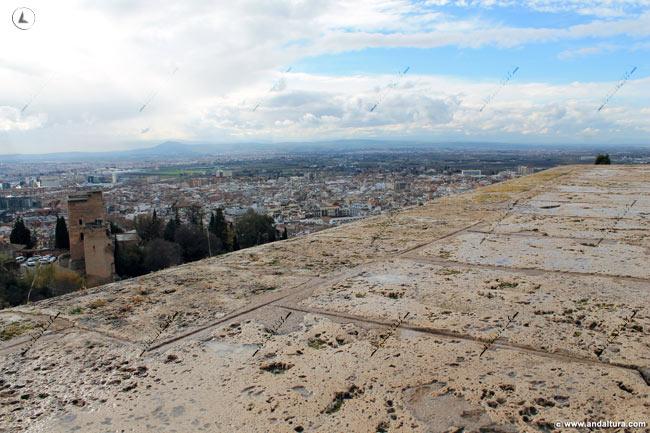 Torres Bermejas y Granada desde la base de la Torre de la Pólvora