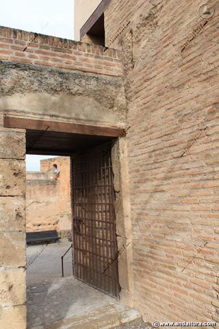 Puerta al Jardín del Adarve en la base de la Torre de la Sultana