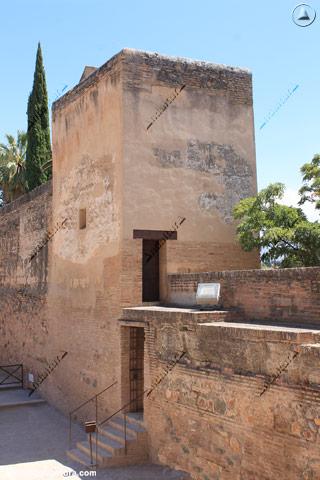 Torre de la Sultana y puerta de acceso al Jardín del Adarve