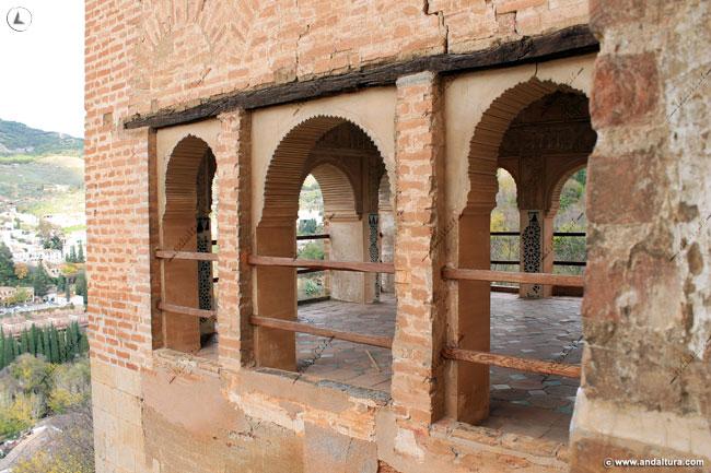 Vista exterior de las ventanas laterales de la Torre de las Damas
