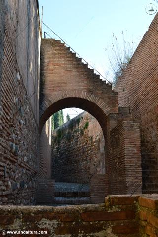 Calle del Foso y subida al adarve