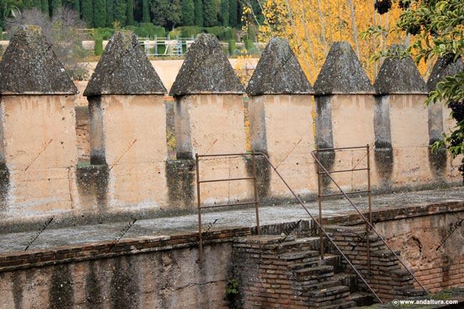 Muralla con almenas por la Torre de los Picos