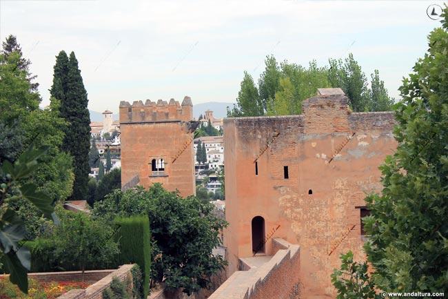 Torre del Cadí y de los Picos, al fondo el Albaycín