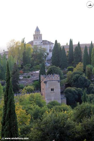 Torre de los Picos e Iglesia de Santa María de la Alhambra desde el Generalife