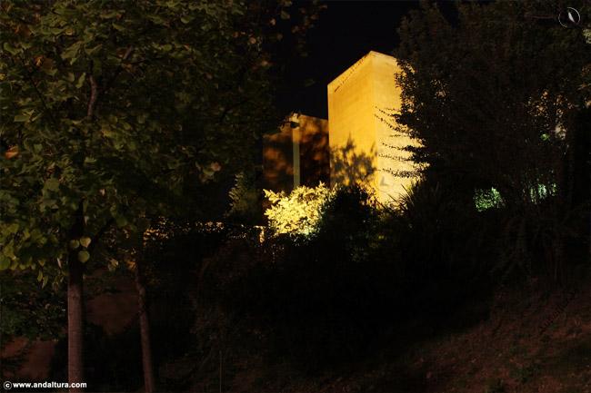 Torre de los Siete Suelos nocturna