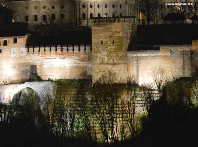 Torre de Muhammad y Puerta Alta del Bosque desde el Mirador de San Nicolás nocturna