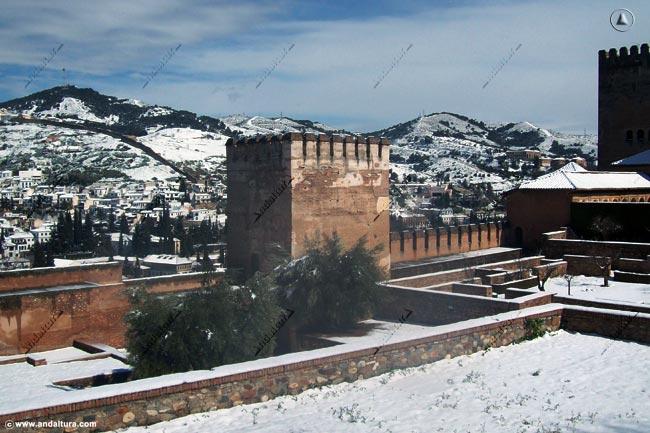Torre de Muhammad y Albaycín nevados