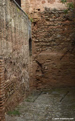 Al fondo del foso se intuye la desconocida Puerta Alta del Generalife