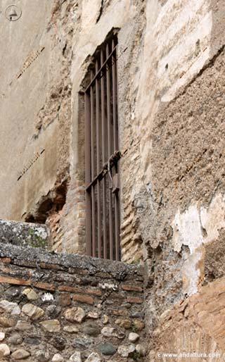 Cancela sobre el adarve por la Torre de Muhammad