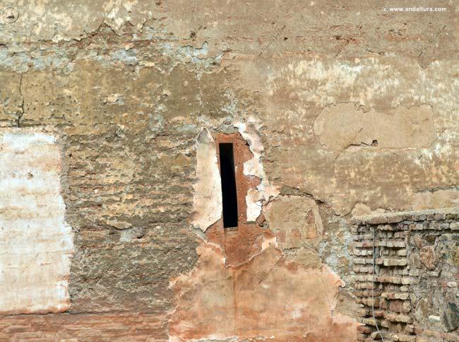 Detalle ventana hacia el interior del recinto amurallado en la Torre de Muhammad