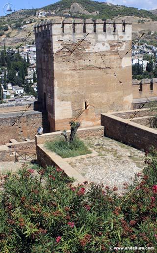 Torre de Muhammad desde la Plaza de los Aljibes