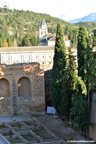 Torre del Adarguero y al fondo el Palacio de Carlos V y la Iglesia de Santa María de la Alhambra
