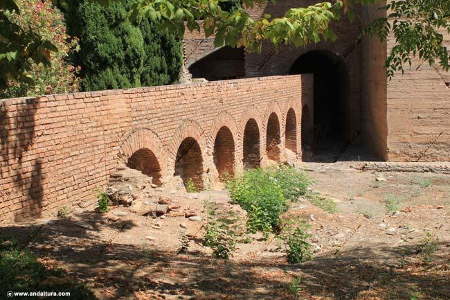 Detalle de la Acequia Real o del Sultán en las proximidades de la Torre del Agua