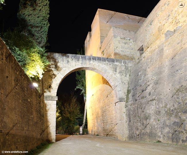 Torre del Agua y Acueducto de la Acequia Real o del Sultán, vista nocturna