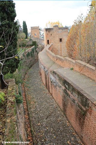 Calle del Foso hacia la Torre del Cadí, al fondo la Torre de los Picos