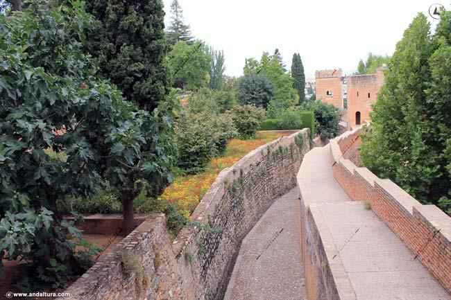 Torre del Cadí y foso desde el Paseo de las Torres