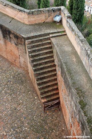 Adarve y escaleras hacia la Calle del Foso