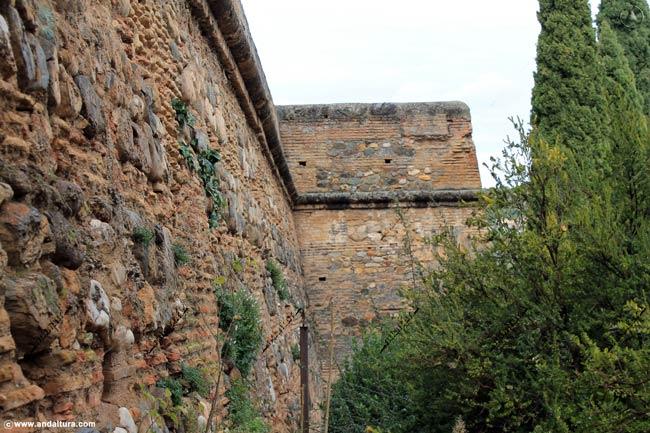 Muralla de la Plaza del Aljibe y la Alcazaba, al fondo la Torre del Cubo